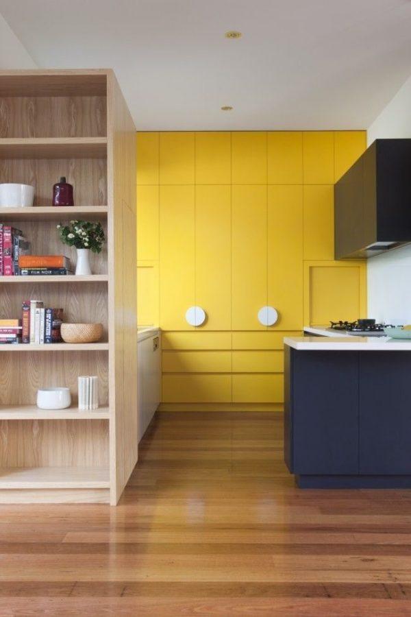 жёлтый и бежевый на синей кухне