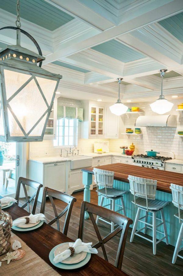 голубой потолок на белой кухне