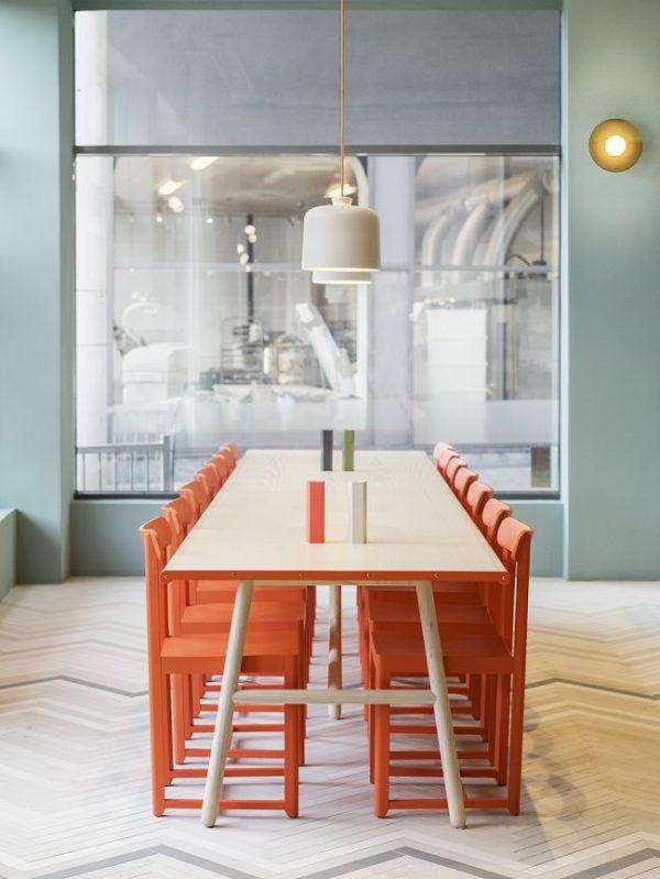 красные стулья на синей кухне