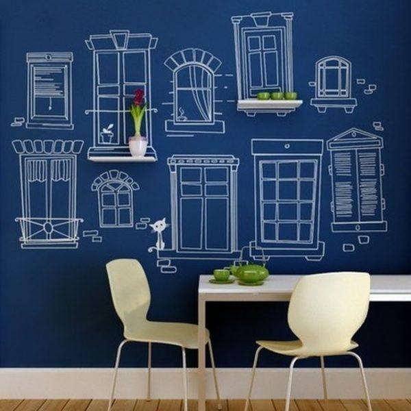 синяя стена с рисунком на кухне