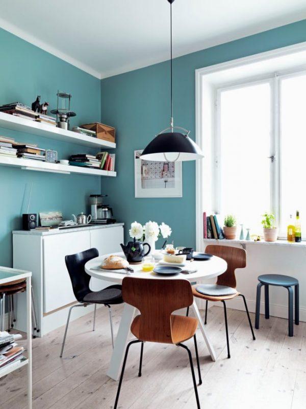 голубые стены на кухне с открытыми полками
