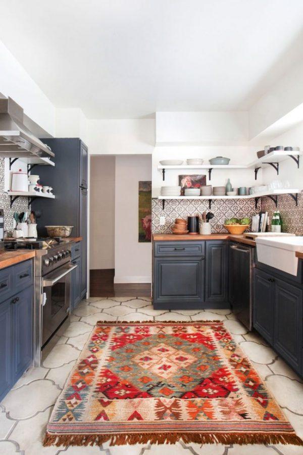 открытые полки и ковёр на синей кухне