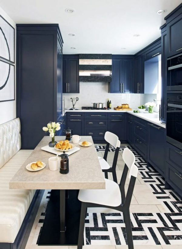 обеденная зона на синей кухне