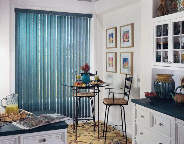 синие шторы жалюзи на кухне