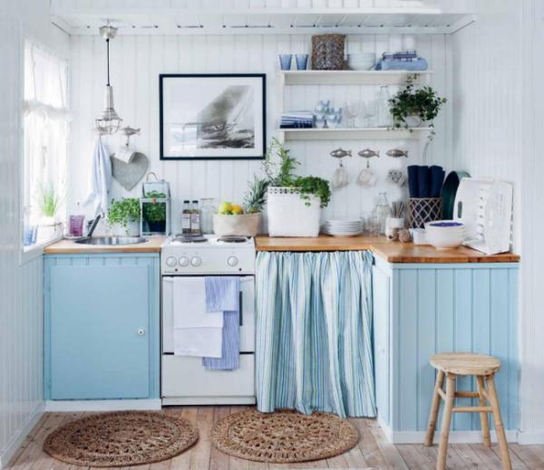 голубая кухня с белыми стенами