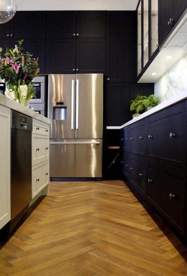 двухдверный холодильник на синей кухне