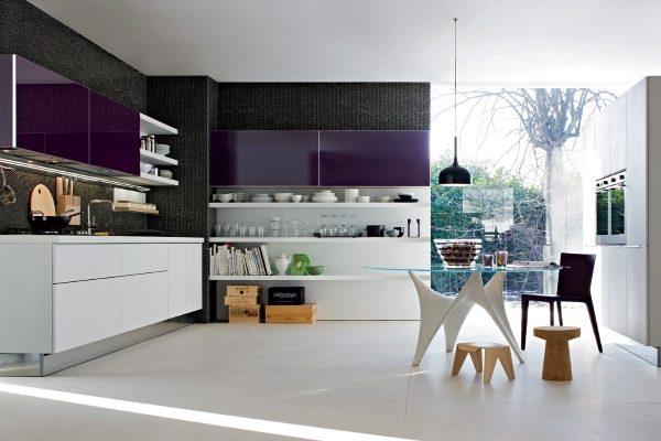 фиолетовая кухня с тёмными обоями