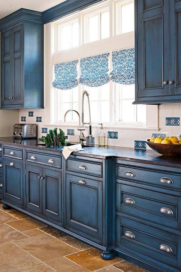 синяя кухня на солнечной стороне