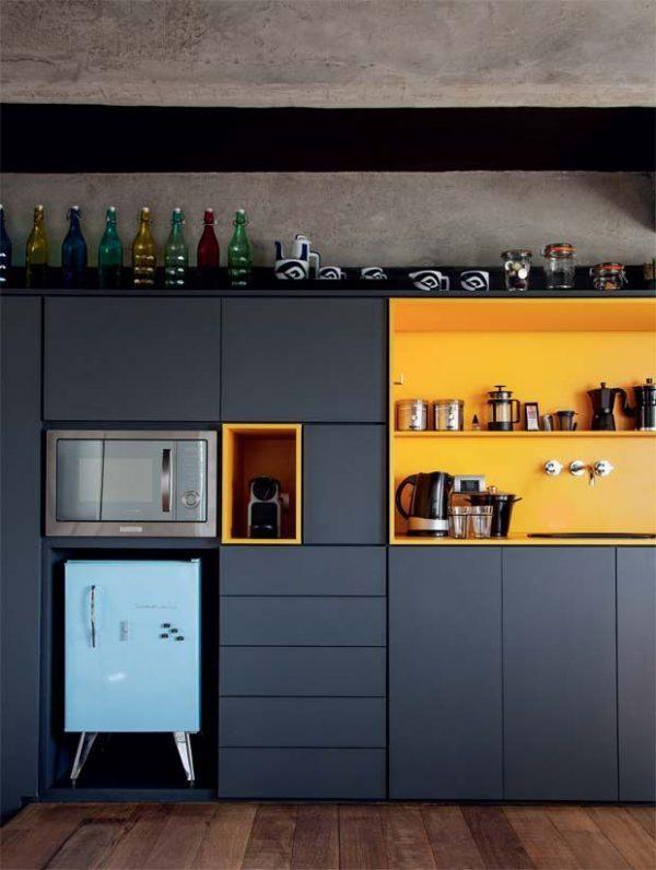 яркий жёлтый на серой кухне