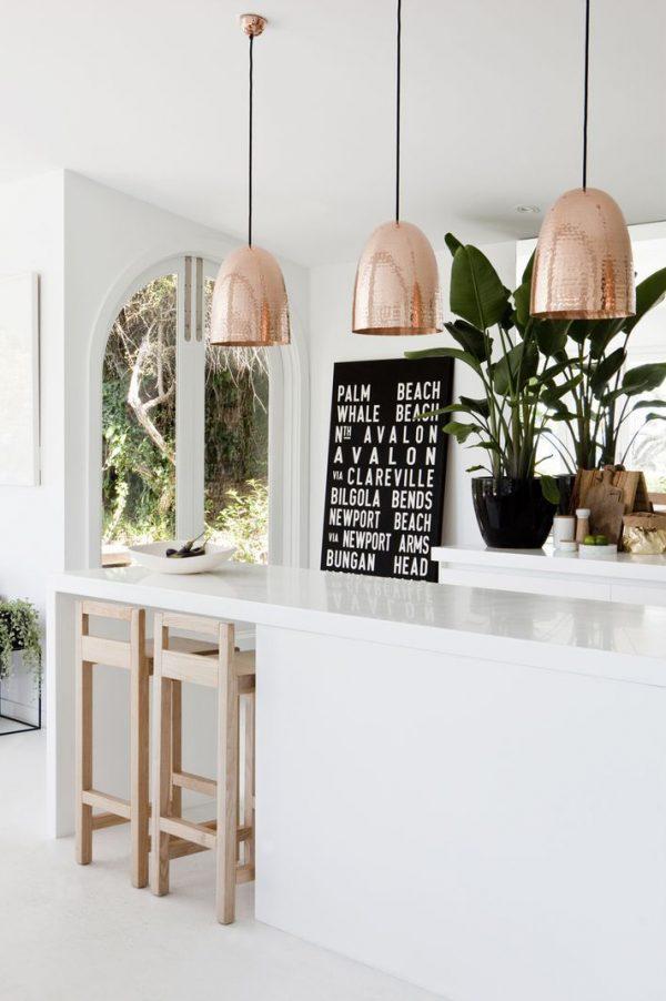 золотые светильники и картина с цветами на кухне