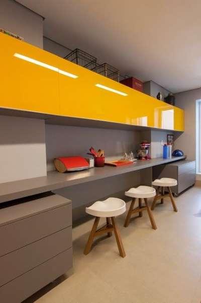 жёлтый цвет на серой кухне