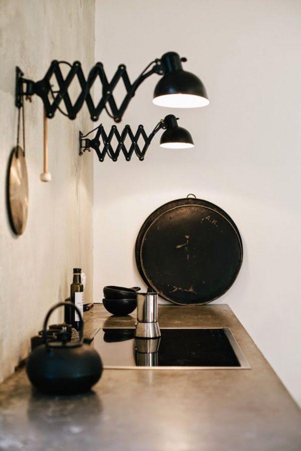настенные светильники над рабочей зоной кухни