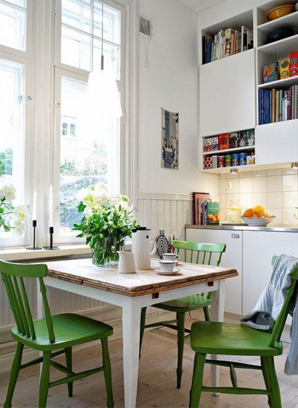 зелёные стульчики на белой кухне