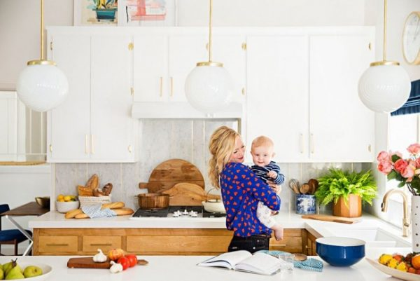 круглые плафоны на кухне белой