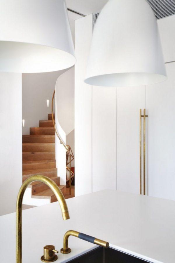 белые плафоны на белой кухне