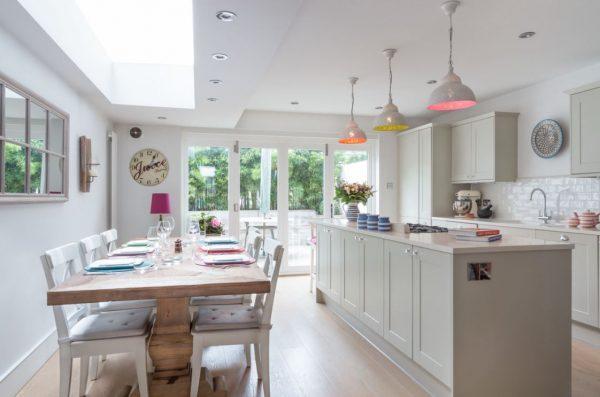 два стола на белой кухне