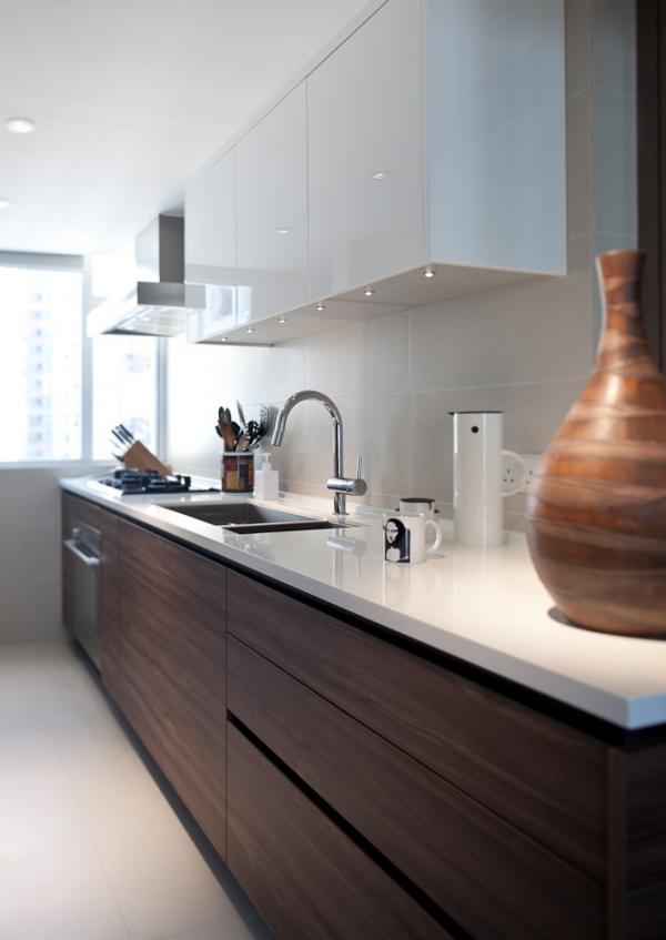 коричневые шкафы на белой кухне