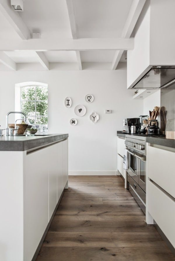белые балки на потолке кухни