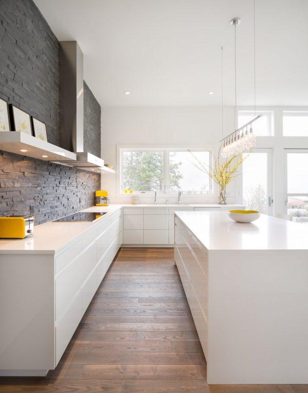 серая плитка на белой кухне