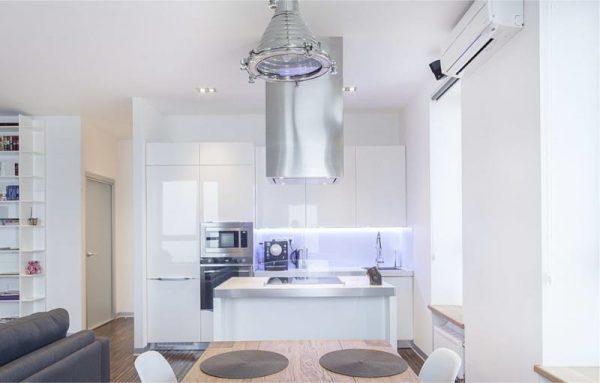белая кухня с вытяжкой