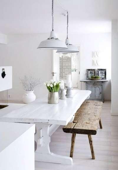деревянная лавка на белой кухне