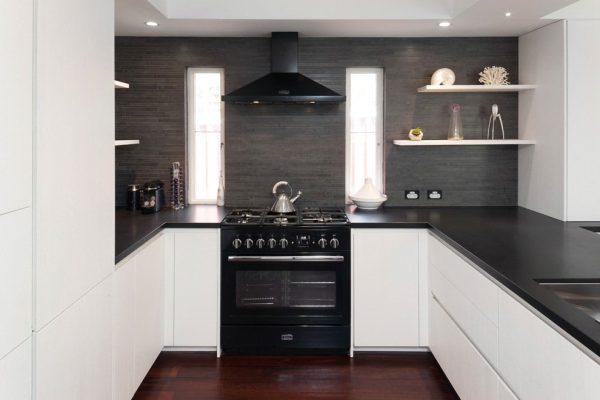 интерьер белой кухни с чёрным