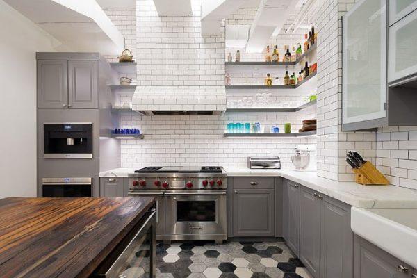 интерьер белой кухни с серым цветом