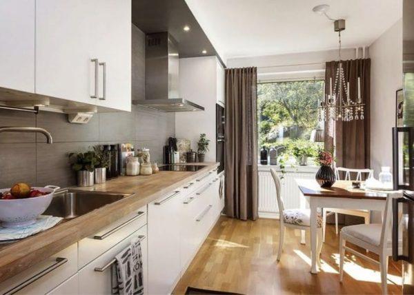 интерьер белой кухни с коричневым цветом