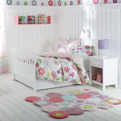 мягкий яркий коврик на полу детской
