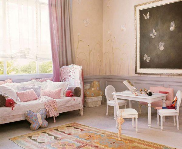 стол в детской и диванчиком