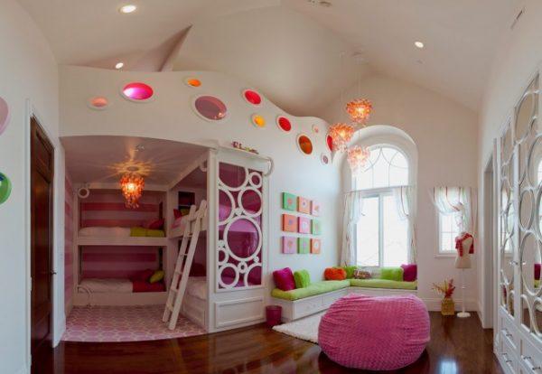 двухъярусная кровать и игровая зона в детской