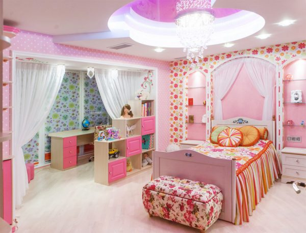 розовая комната для девочки со столом и шкафами