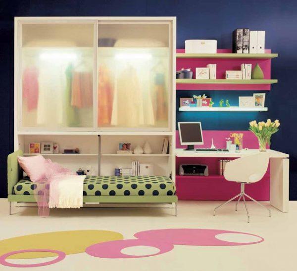 фиолетовый на стене в интерьере комнаты для девочек