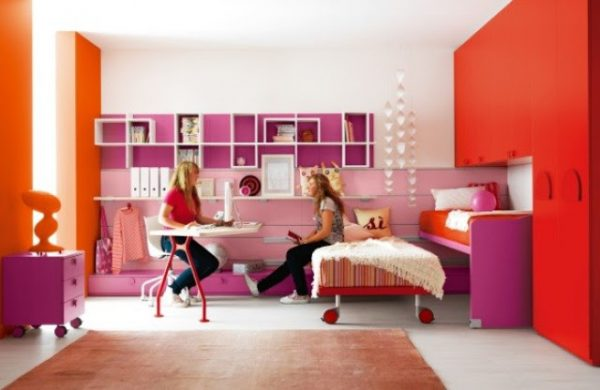 выдвижная кровать в детской для девочек