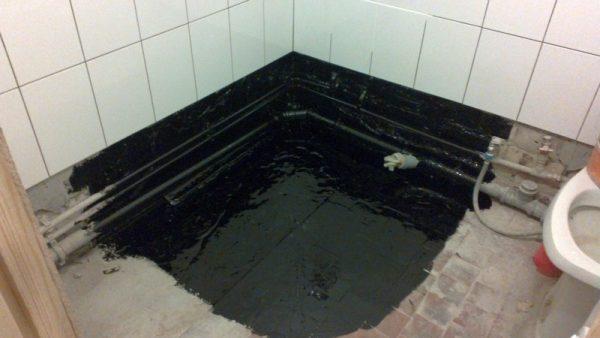 нанесение мастики на пол в ванной