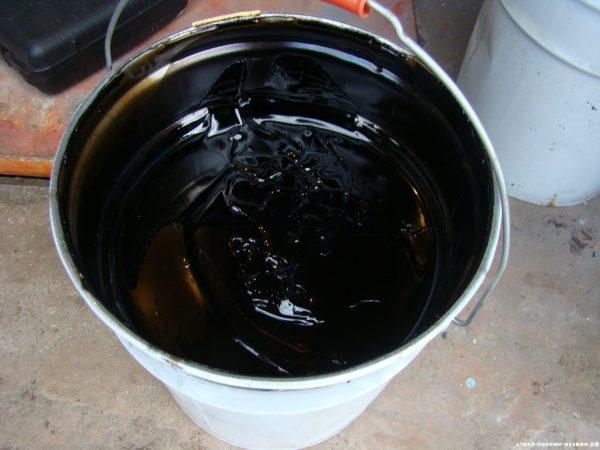 обработка углов мастикой в ванной