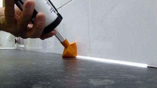 обработка швов герметиком в ванной