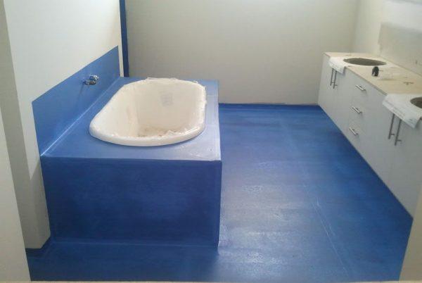 гидроизоляционный синий слой в ванной