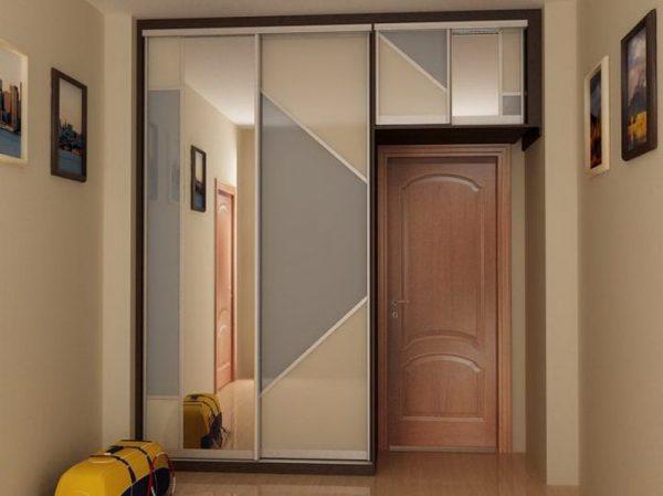 шкаф купе в прихожей вокруг двери
