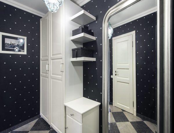 белая мебель в маленьком коридоре