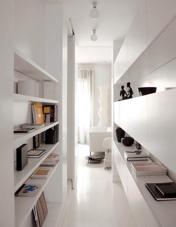 открытые полки в белом коридоре узком