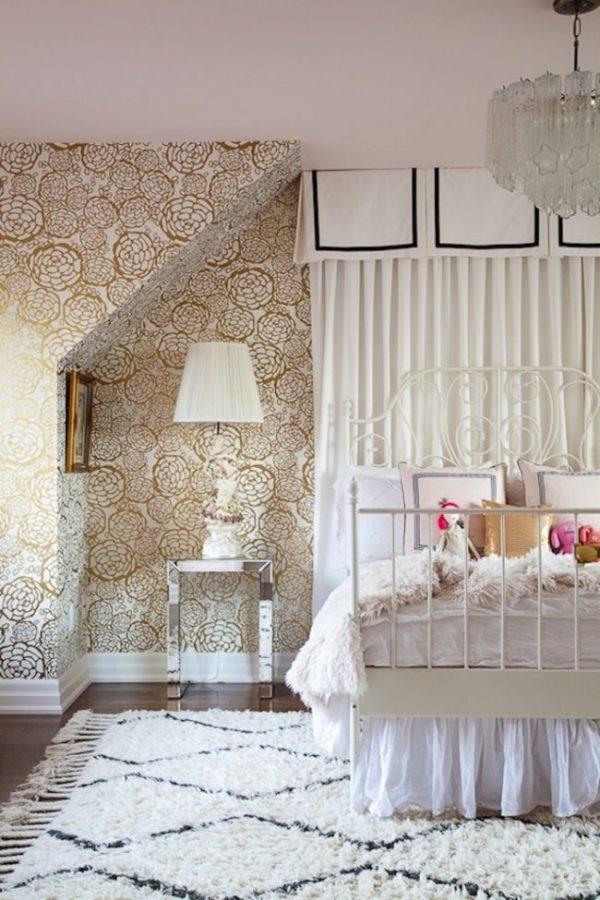 бумажные обои с золотыми цветами в спальне
