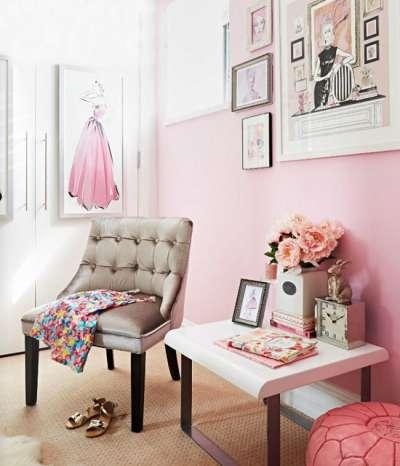 Розовый шкаф с розовыми стенами и белыми дверями шкафа