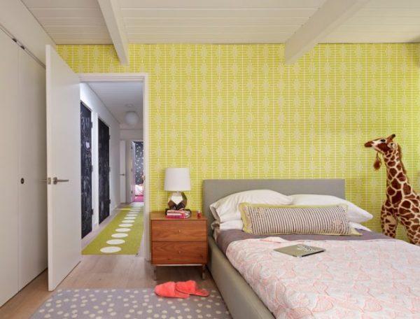 жёлтые обои с узором в детской комнате девочки подростка