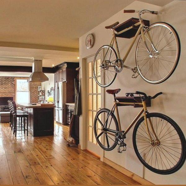 велосипед в прихожей на стене