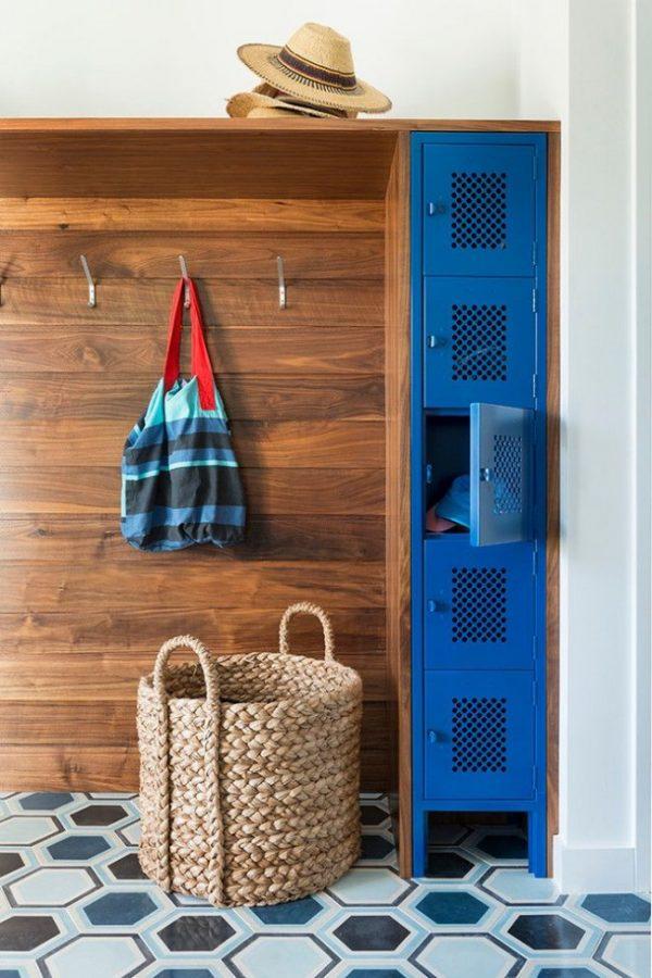 деревянный шкаф в прихожей