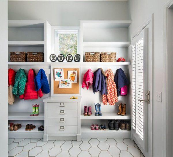 открытые шкафы в маленькой прихожей