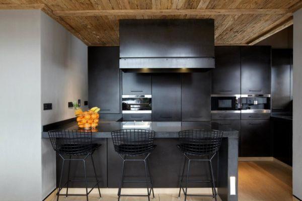 Контемпорари стиль на кухне с металлическими стульями