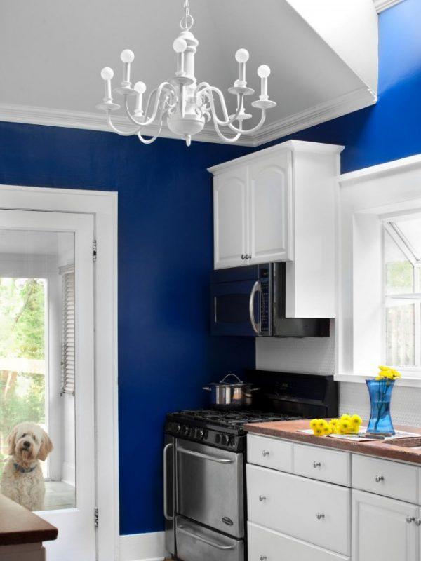 акцентиная синяя стена с белой кухней