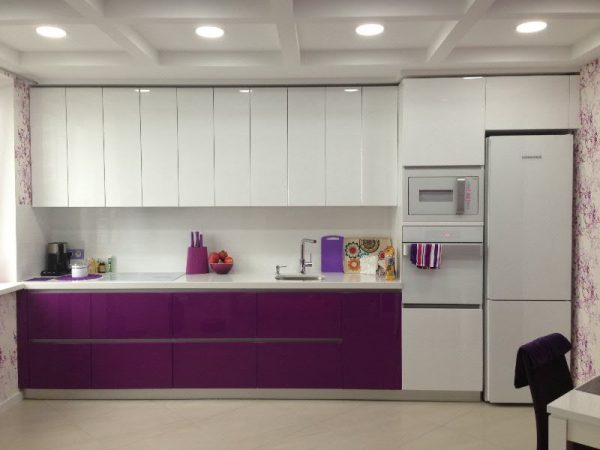 прямая кухня с холодильником